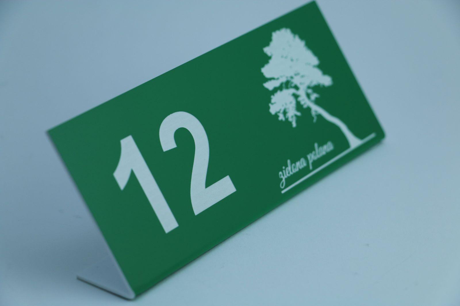 TABLICZKI REZERWACJE Z LOGO Tabliczka rezerwacja wykonana z laminatu grawerskiego 1,6 mm o wym. 15 cm x 6 cm z grawerem laserowym logo. Idealnie sprawdzi się  w każdym lokalu jest bardzo odporna na upadki.
